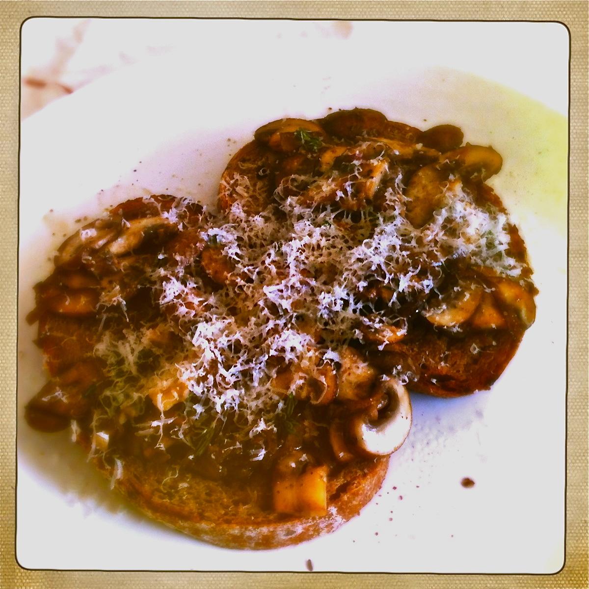 geroosterd brood met champignons, rode ui, tijm en parmezaan recept miss foodie